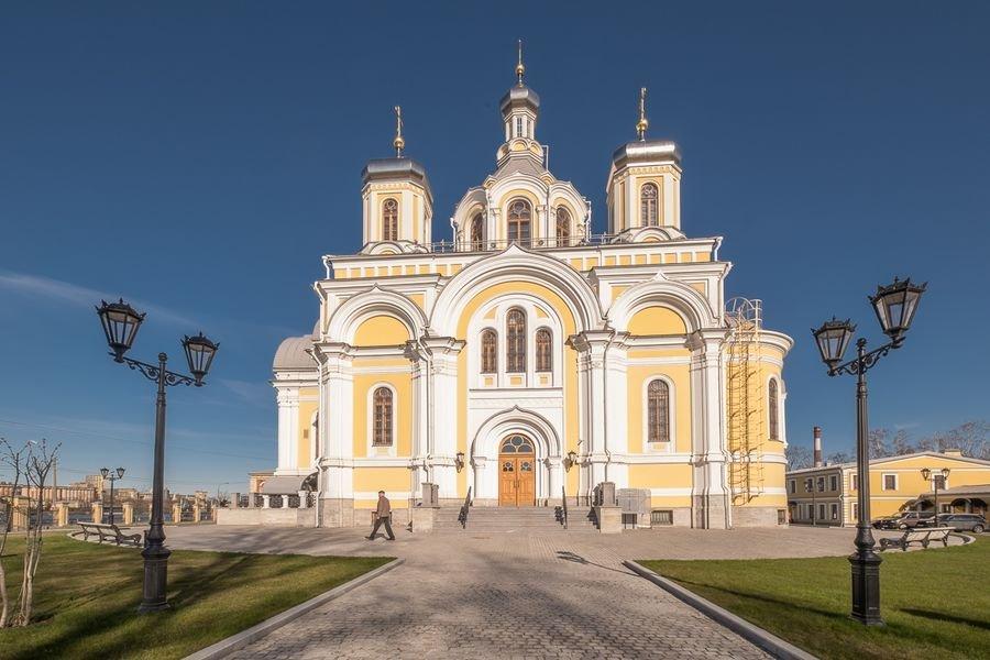Храм - вид со стороны Октябрьской набережной