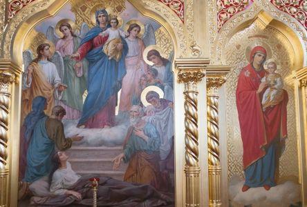 """Иконы Пресвятой Богородицы """"Всех скорбящих Радость"""" (слева) и """"Неувядаемый цвет"""""""